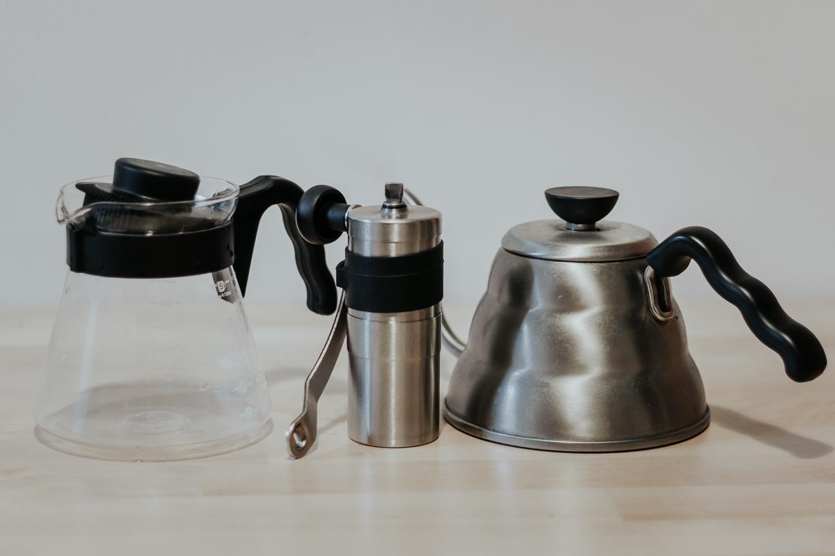 Hario V60, moulin à Porlex, bouilloire à cou d'oie